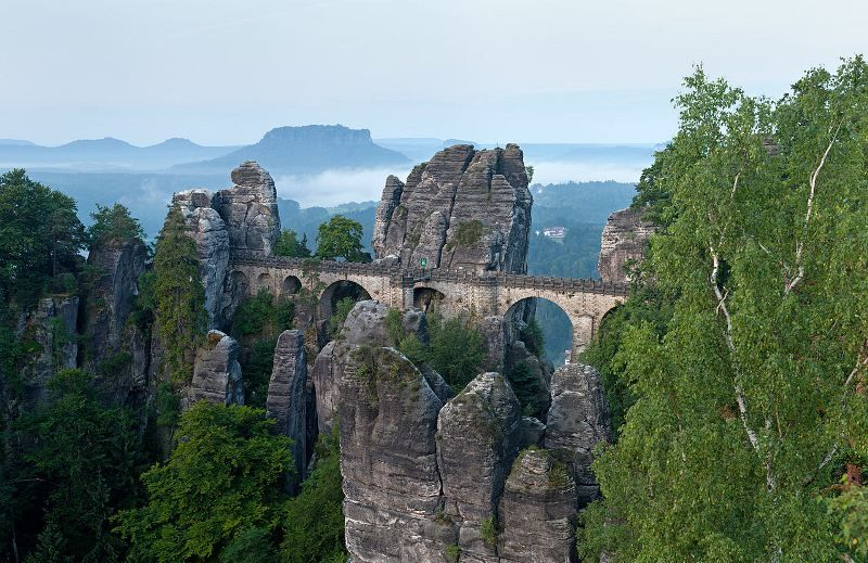1280px-Basteibrücke_morgens