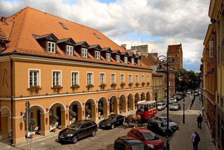 Mamaison-Hotel-Le-Regina-Facade-with-horses-smaller