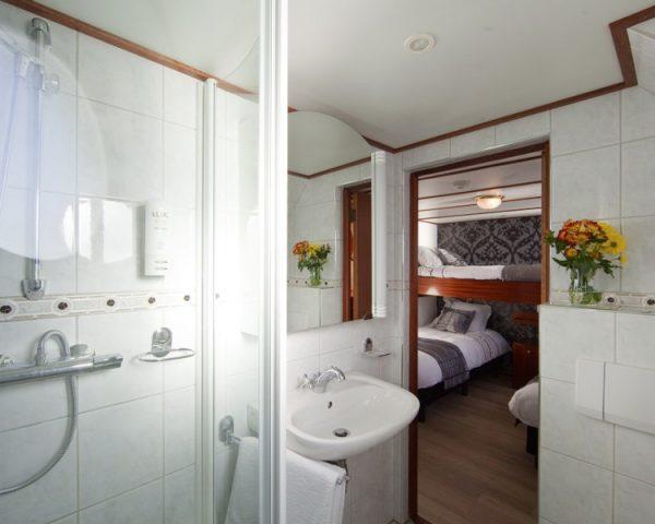 Boat, Magnifique I bathroom into bedroom